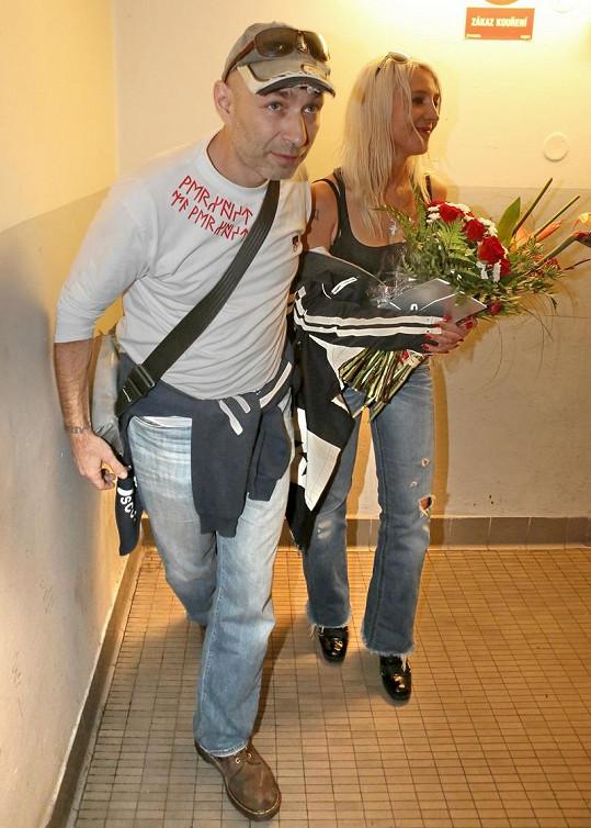 Dan Landa s manželkou po představení utekli.