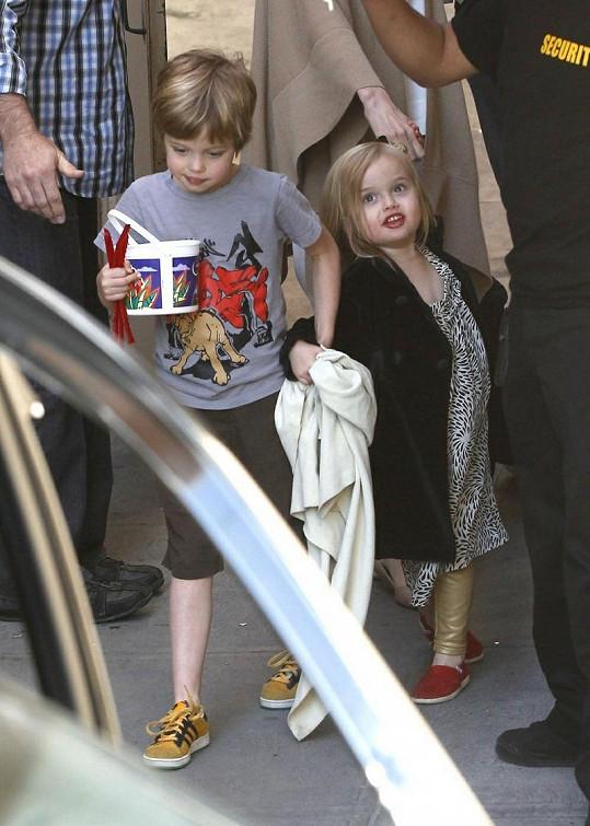Malá Vivienne se sestrou Shiloh.