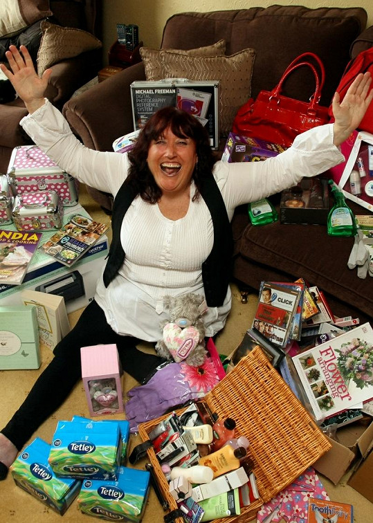 Jednapadesátiletá Angličanka si vydělává na živobytí výhrami.