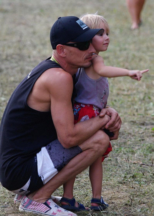 Matěj Homola se svou dcerkou Laurou, kterou má s Darou Rolins