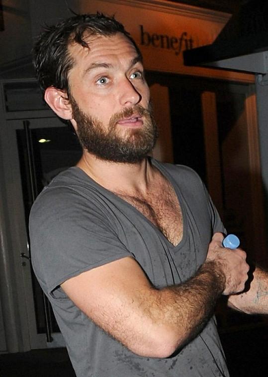 Britský herec vypadá zanedbaně.