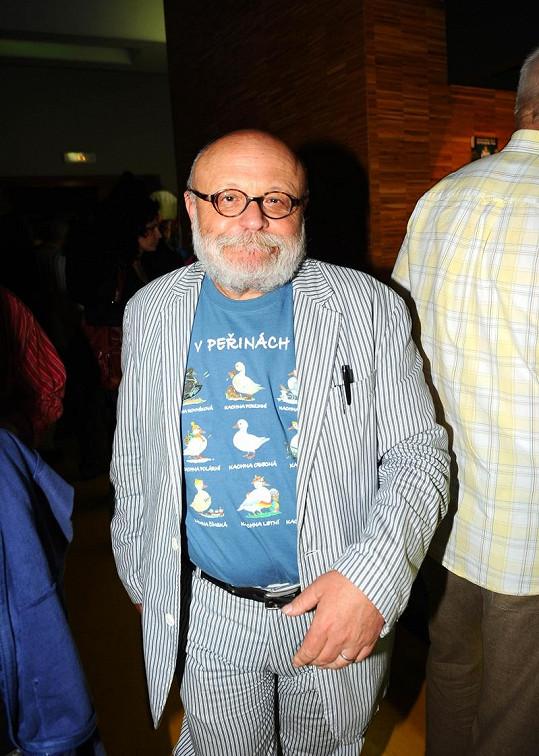 Arnošt Goldflam si vzal tričko s potiskem k filmu.
