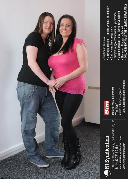 Vikki Salmon (vpravo) se svou partnerkou Julií.