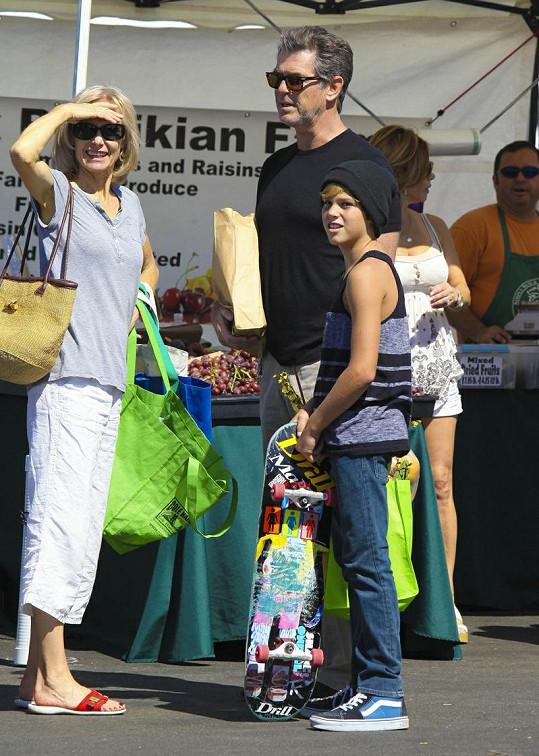 Pierce Brosnan se synem na farmářských trzích.
