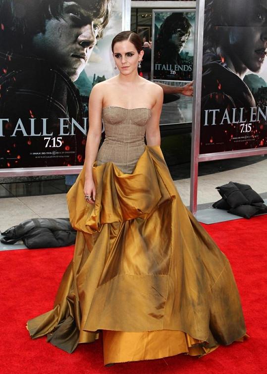 Tyto šaty označila Kelly Osbourne za záclonu.