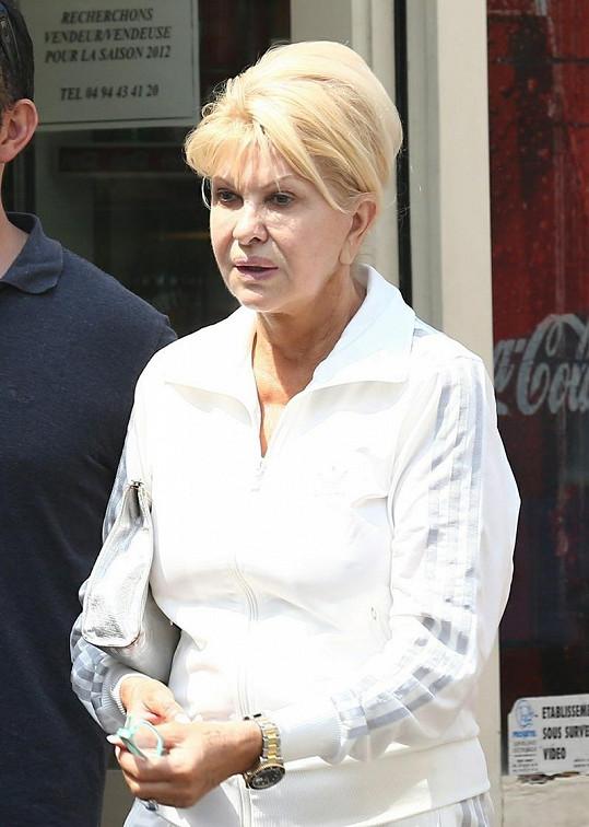 Ivana dává na dovolené v Saint Tropez přednost přirozenému vzhledu.
