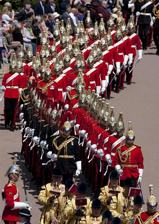 Průběh slavnostního ceremoniálu rytířů ve Windsoru.