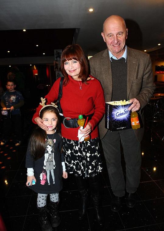 Ljuba Krbová s manželem a roztomilou vnučkou.