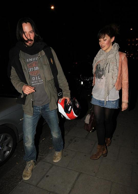 Keanu Reeves s neznámou ženou odchází z restaurace Nobu.