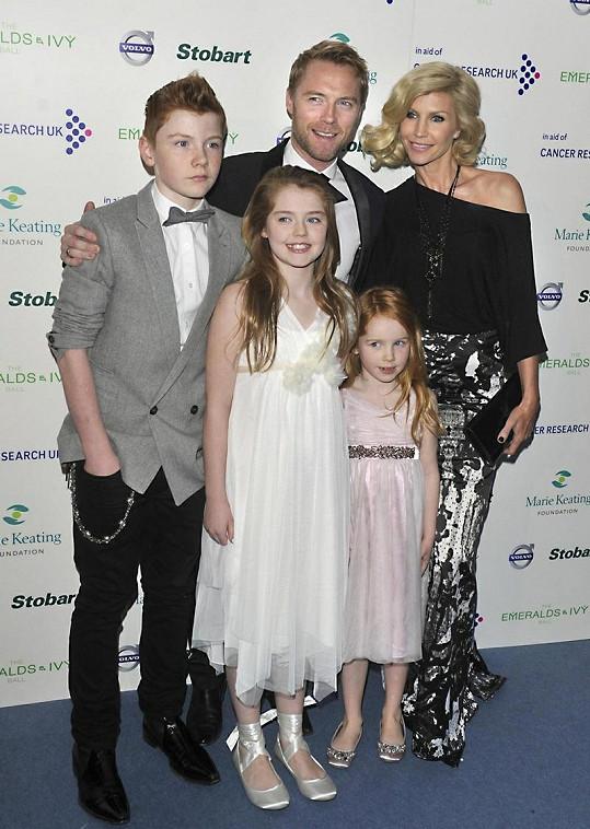 Keating s manželkou a jejich dětmi.