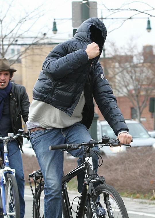 Takhle se Leo maskoval při projížďce New Yorkem.