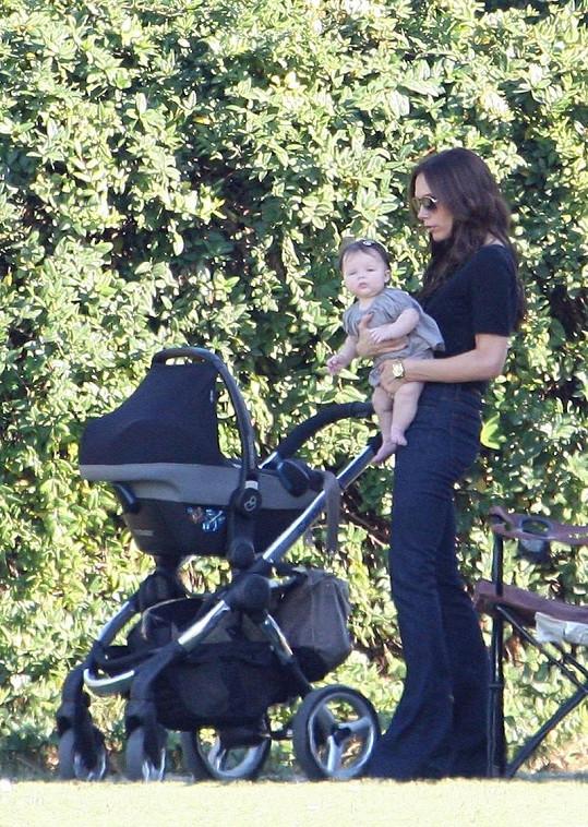 Victora Beckham vozí dceru Harper ve stejném kočáru, jaký vlastní nyní Vlaďka Erbová.