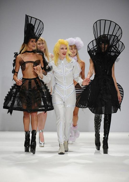 Návrhářka Pam Hogg (uprostřed) se svými modelkami.