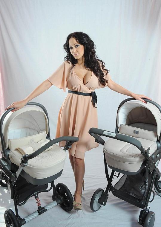 Agáta Hanychová umí vydělávat i na maminkovství.