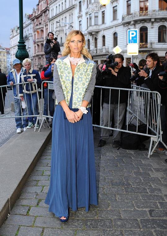 Daniela Peštová opět úžasná. V kombinaci s kabátkem Prada působí její šaty ještě zajímavěji než na jevišti, kde Peštová pro změnu předvedla dokonalý dekolt. Super volbou byl také náhrdelník.