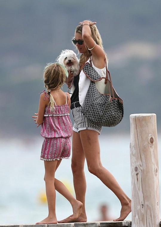 Kate s dcerou Lilou Grace a jejich psíkem.