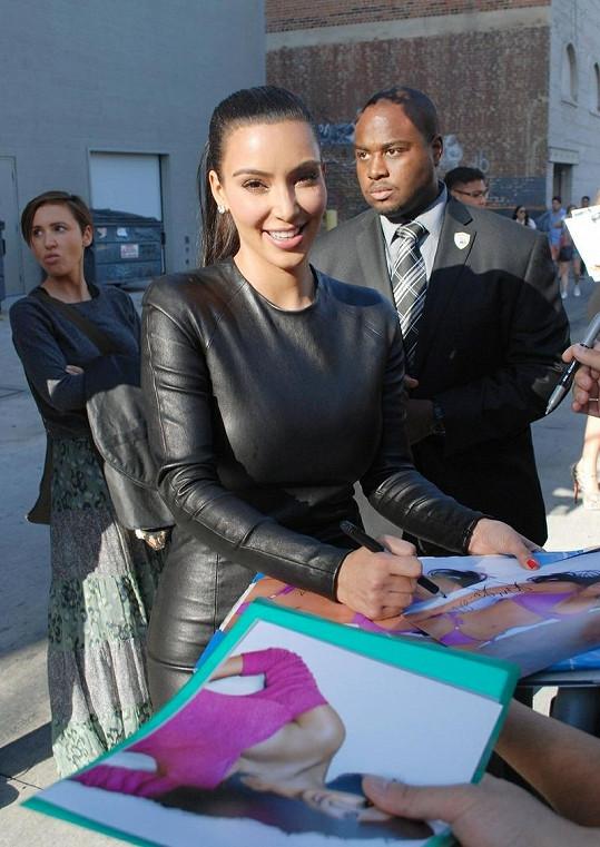 Kim Kardashian těsně před účinkováním v televizní show.