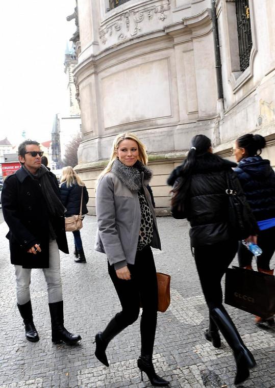 Kiera v doprovodu manažera pro Českou a Slovenskou republiku Mira Šimoniče míří ze Staroměstského náměstí na nákupy do věhlasné Pařížské ulice