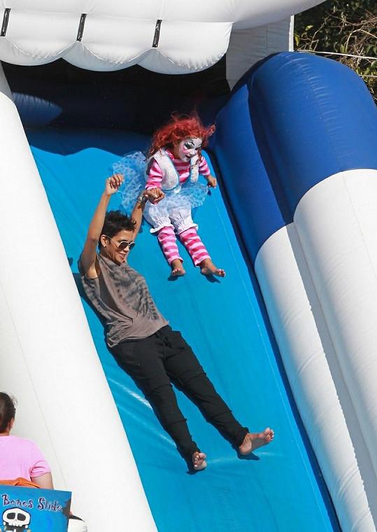 Pohodářka Halle Berry se s dcerou svezla na skluzavce.