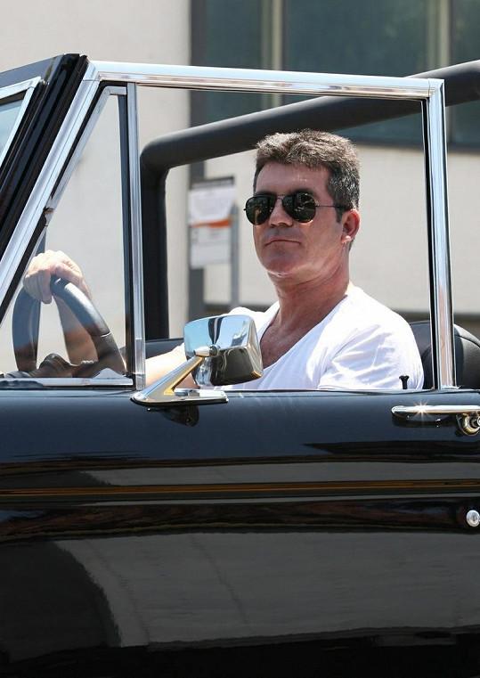 Simon se projížděl po Sunset Boulevard v Beverly Hills.