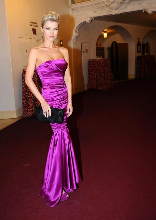 """Šaty a psaníčko z kolekce """"Red Carpet"""" a psaníčko z ručně pokládanou krajkou (vše Dolce & Gabbana) dozdobily šperky Benny Jewelly."""