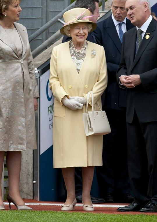Alžběta II. vypadá na svůj věk senzačně. Omládne vždy i díky svým barevným kostýmkům a kloboučkům.