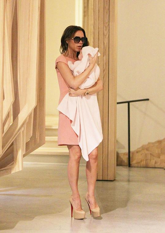 Victoria Beckham musí být všude s dvouměsíční dcerou.