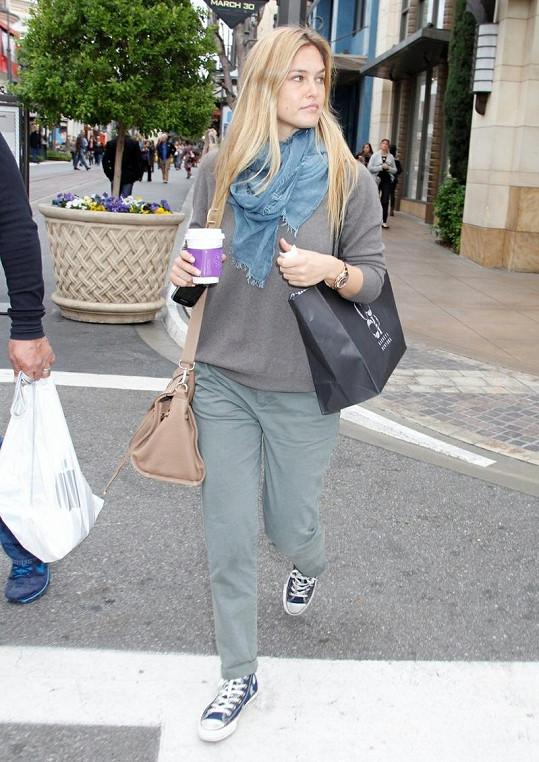 Modelka se vydala na nákupy do Los Angeles.