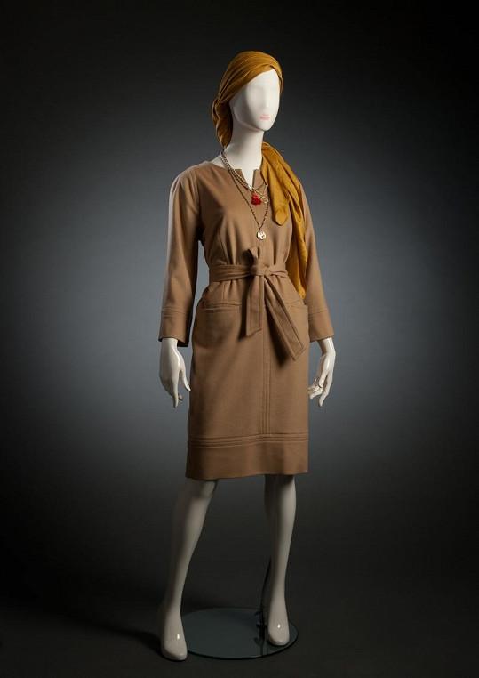 Šaty s vázačkou.