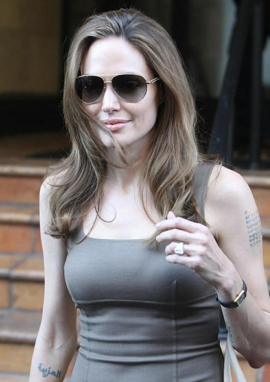 Honosný prsten znamená, že nejslavnější dvojice Hollywoodu se bude brzy brát.