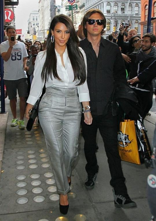 Kim vyrazila ve čtvrtek na oběd s kamarádem Jonathanem Chebanem. Skandálem s nahou fotkou se nenechává vykolejit.