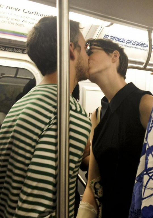 Anne Hathaway se snoubencem Adamem Shulmanem neskrývají své city ani na veřejnosti.