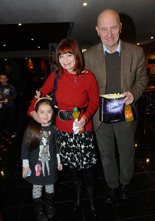 Ljuba Krbová s manželem Ondřejem Neffem a vnučkou Dominikou.