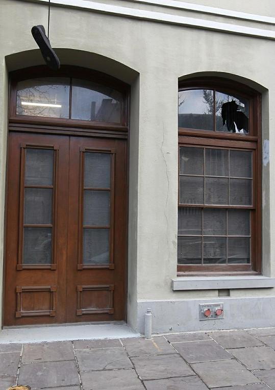 Okno, které Russell Brand zničil mobilním telefonem.