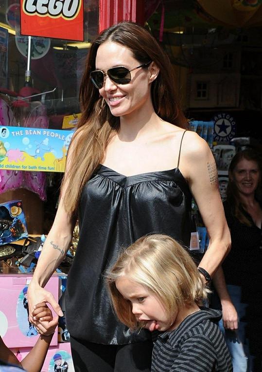 Angelina s dcerami.