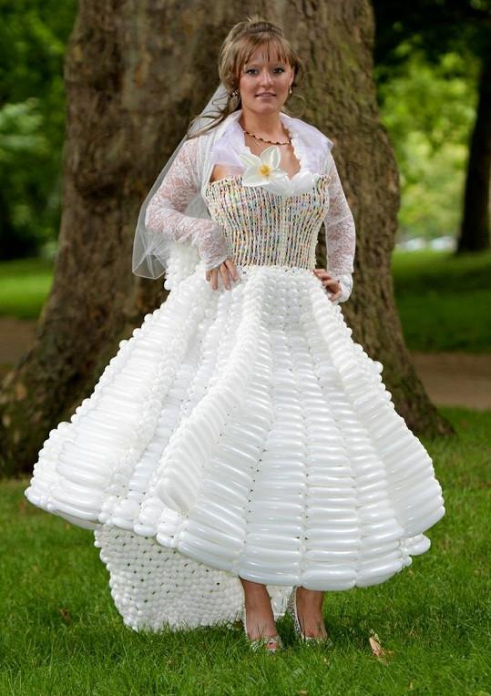 Balónkové svatební šaty.