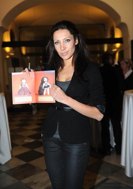 Olga Lounová s dražební příručkou.