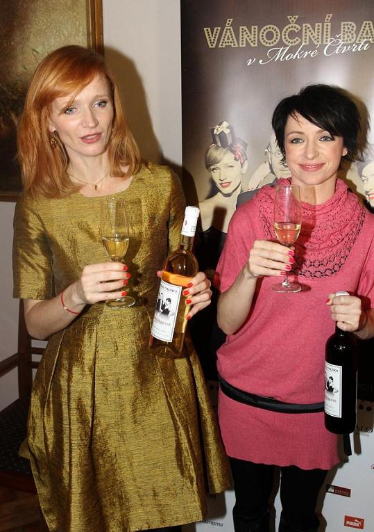 Aňa Geislerová a Táňa Vilhelmová zakrývaly bříška lahvemi vína.