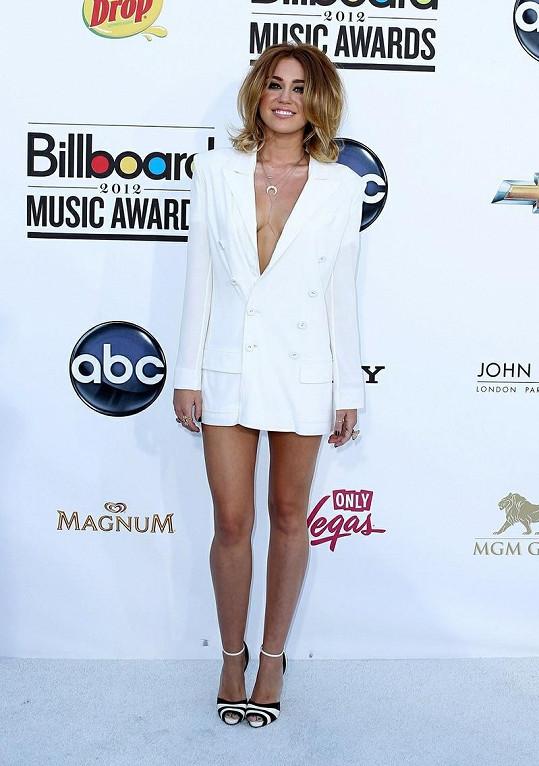 Miley Cyrus je zasnoubená.
