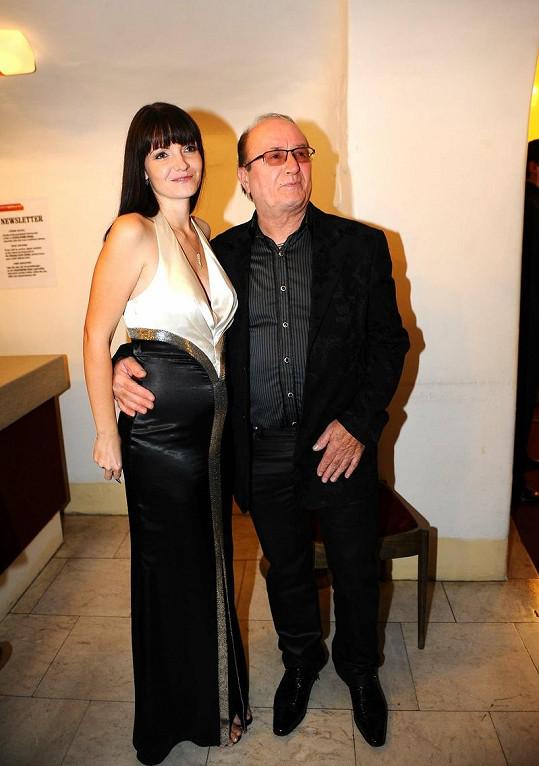 Petr Janda s manželkou Alicí, která si bohužel zapomněla vzít podprsenku.