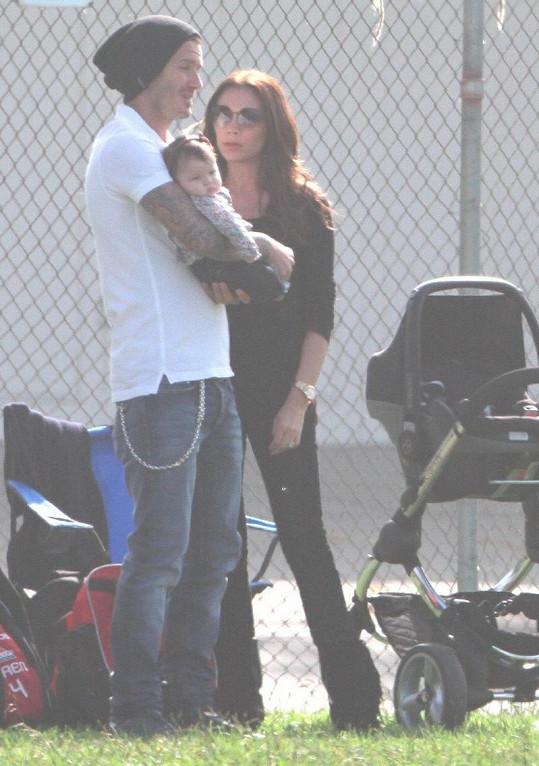 Roztomilá Harper Beckham sledovala své bratry na fotbalovém hřišti.