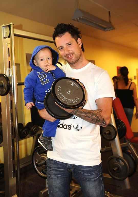 Petr Vágner se téměř převážil, syn Max váží deset kilo, činka jen šest.
