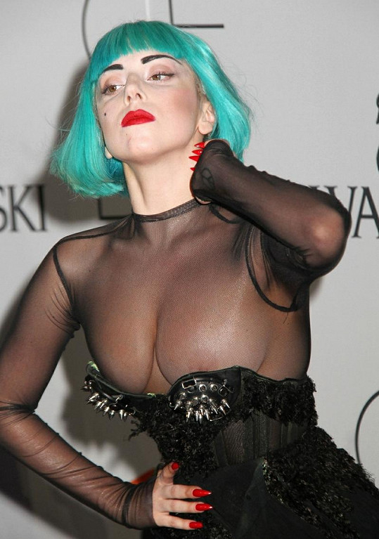 Lady Gaga ukázala poprsí během předávání cen CFDA Fashion Awards.