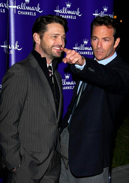 Luke Perry začátkem roku se svým seriálovým parťákem Jasonem Priestleym.