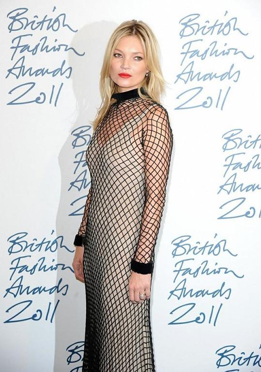 Modelka na British Fashion Awards ve velmi zvláštních šatech.