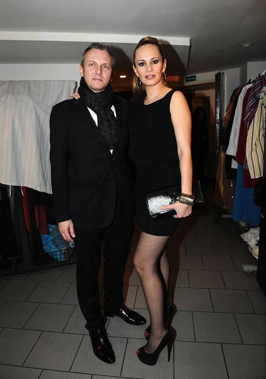 Monika Absolonová s přítelem Vratislavem Jandou v luxusním outfitu z hvězdného butiku Bizaar.