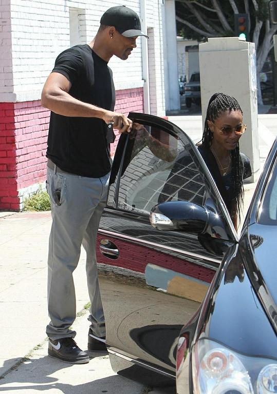 Galantní Will Smith přidržel své ženě dveře od auta.