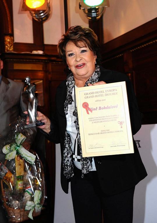 Jiřina Bohdalová dostala cenu a čestný diplom.