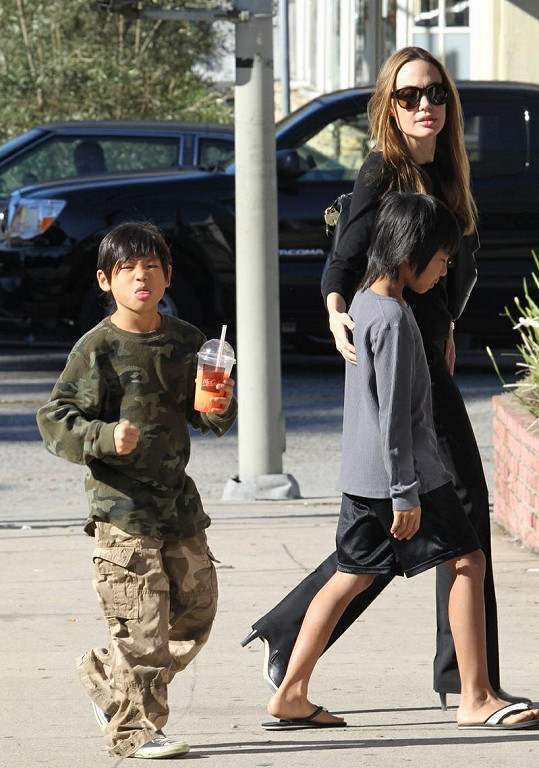 Pax, Angelina a Maddox odchází z hračkářství v Hollywoodu.