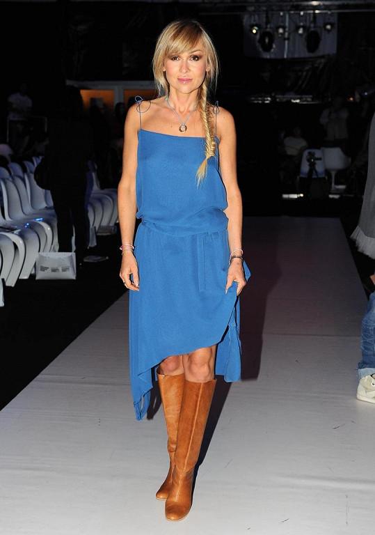 Takhle se na módní show oblékla Kateřina Herčíková.